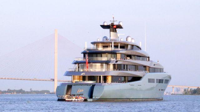 Siêu du thuyền Aviva được xem là ngôi nhà di động của tỉ phú Joe Lewis