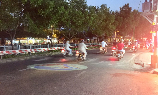 Trào lưu dùng đèn LED chiếu logo xuống lòng đường: Nguy cơ tai nạn cao