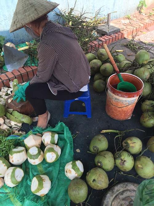 Hình ảnh những quả dừa non được gọt vỏ sau đó ngâm vào xô nước có hóa chất lạ.