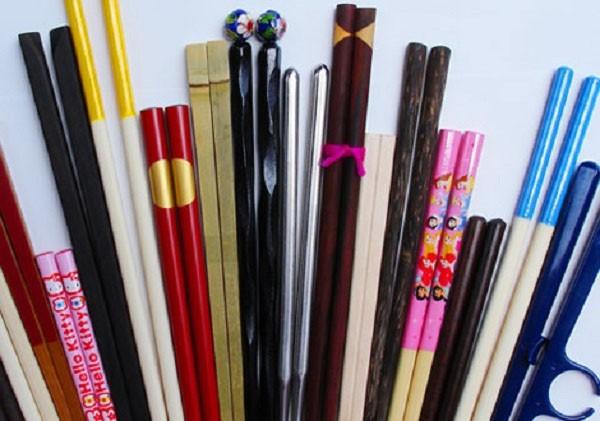 Có  nhiều loại đũa nhưng theo các chuyên gia, bạn nên chọn lựa loại đũa có nguồn gốc tự nhiên là hợp lý.