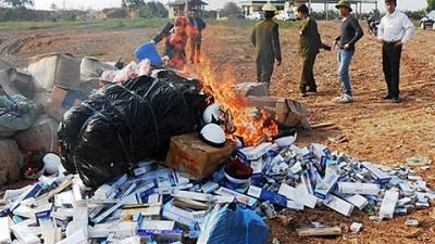 Lực lượng chức năng tiến hành tiêu hủy hàng hóa kém chất lượng.