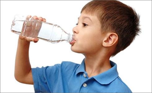 Trẻ rất dễ nhầm lẫn khi cha mẹ cất giữ hóa chất vào trong các chai trà xanh.