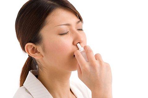 Lạm dụng thuốc xịt mũi có nguy cơ teo mũi, ngộ độc thuốc.