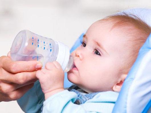 Cho trẻ sơ sinh uống nước lọc có nguy cơ nhiễm độc cao.