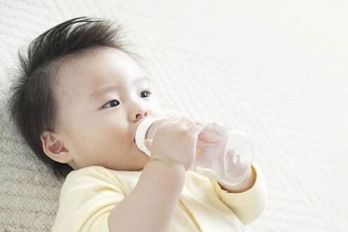 Không nên cho trẻ so sinh uống nước 6 tháng đầu đời.