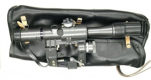 Súng trường bắn tỉa có khoang chứa đạn sử dụng thoi nạp đạn xoay (quay về bên trái).