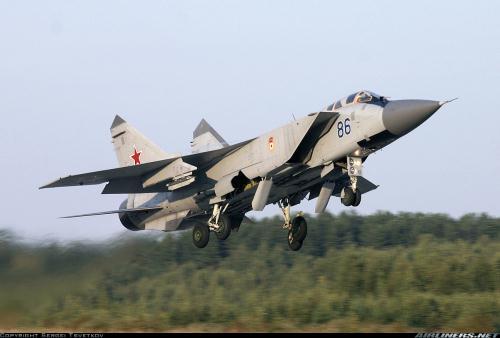 Tiêm kích MiG-31 có thể vượt qua bức tường âm thanh khi bay ngang và leo cao.