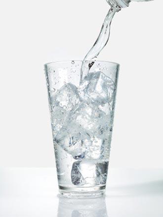 Người dân không nên dùng quá nhiều nước đá viên không rõ nguồn gốc.