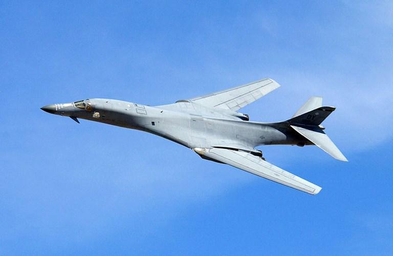Máy bay ném bom chiến lược B-1B có tốc độ siêu âm và là một trong bộ ba máy bay ném bom chiến lược của Mỹ.