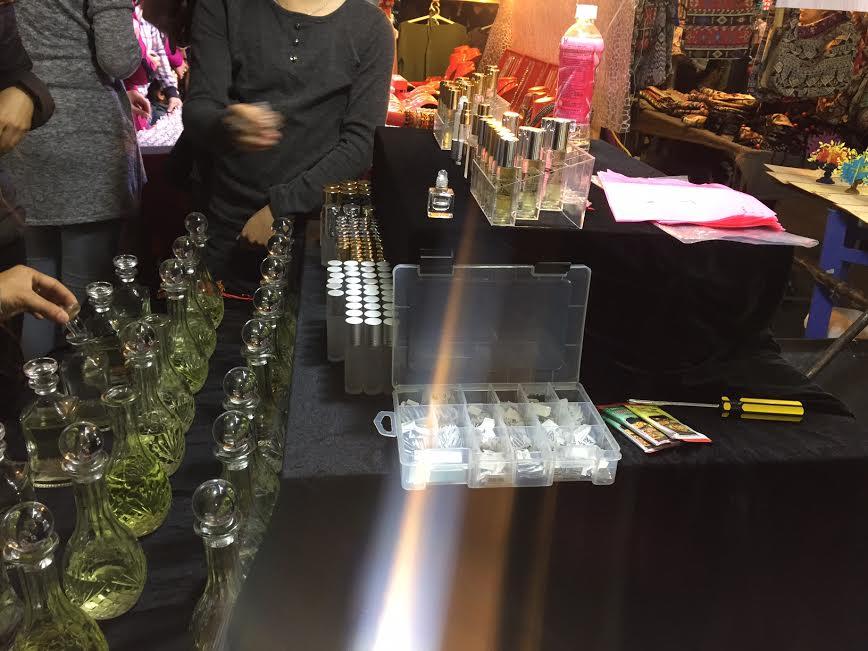 Nước hoa không rõ nguồn gốc bán tại chợ đêm Đồng Xuân. Ảnh: Hồng Lĩnh.