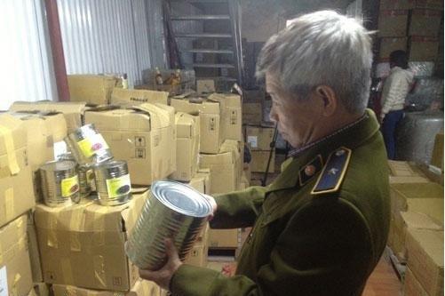 Lực lượng chức năng thu giữ số nguyên liệu làm chè Tocotoco. Ảnh: pháp luật Việt Nam