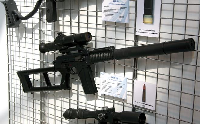 Súng trường bắn tỉa VSK-94  chỉ 932mm, nòng súng dài 230 mm.