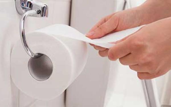 Giấy vệ sinh có nguy cơ gây tổn hại máu nếu dùng sai cách. Ảnh minh họa