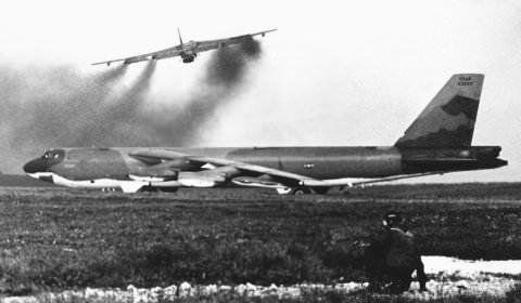 Máy bay B-52 bị hạ gục trong một trận chiến. Ảnh: VTC News
