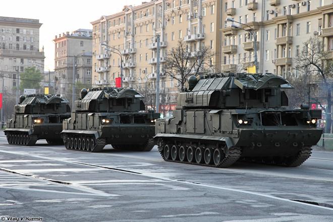 Hệ thống tên lửa Tor-M2U trên đường phố Nga.