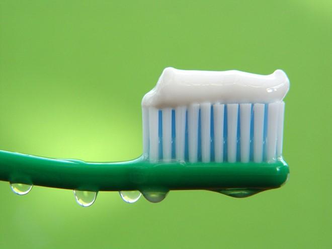 Kem đánh răng có chứa chất Triclosan sẽ làm tăng nguy cơ ung thư. Ảnh minh họa
