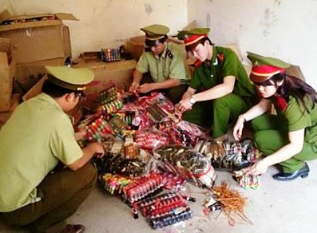 Lực lượng chức năng tiến hành kiểm tra hàng hóa ngày Tết tại Thanh hóa. Ảnh: Dân Trí