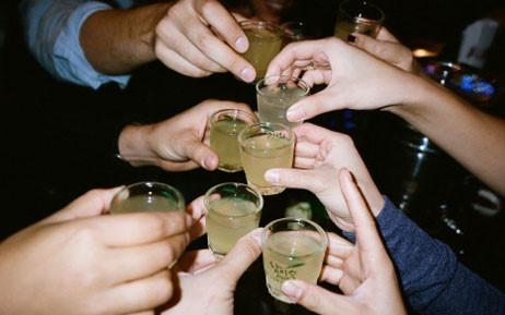 Nhiều người mắc sai lầm khi giải rượu cho người say khiến họ nặng thêm. Ảnh minh họa
