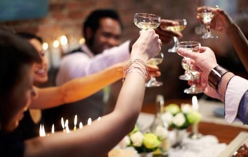 Rượu là đồ uống không thể thiếu trong dịp Tết. Ảnh minh họa