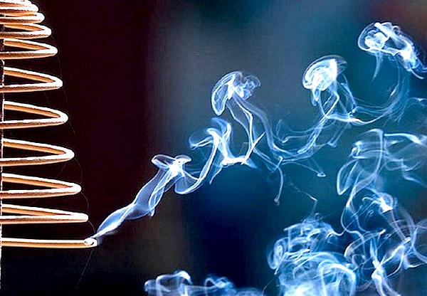 Khói hương có thể bị tẩm hóa chất độc hại. Ảnh minh họa