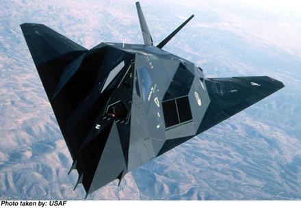 Các khoang vũ khí riêng biệt bên trong F-117A có thể mang 2.300 kg vũ khí. Ảnh: Đất Việt