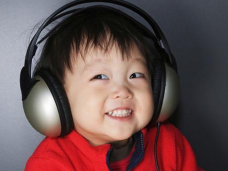 Cha mẹ không nên cho con đeo tai nghe. Ảnh minh họa