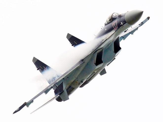Tiêm kích Su-35 được ví như vật thể bay không xác định. Ảnh: VnExpress