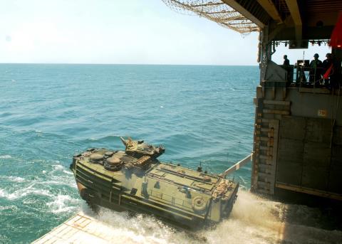 Xe chiến đấu ACV 1.1 có khả năng chịu sóng tốt, có thể đi trên biển thời gian dài. Ảnh: Đất Việt