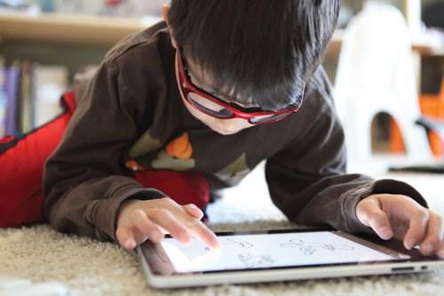 Trẻ nghiện thiết bị công nghệ nguy cơ mắc bệnh tiểu đường tuýp 2. Ảnh minh họa