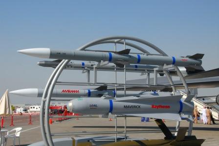 Tên lửa AIM-120 được trang bị đầu đạn nổ phá mảnh nặng 22,7kg. Ảnh: TTXVN