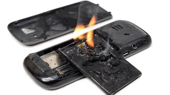 Pin điện thoại rất dễ cháy nổ nên cha mẹ cần hết sức thận trọng không nên cho trẻ chơi. Ảnh minh họa