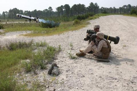 Tên lửa FGM-148 Javelin  được coi là tên lửa đáng sợ nhất thế giới. Ảnh: Đất Việt