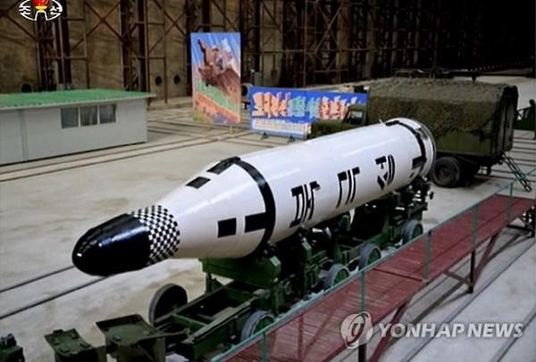 Tên lửa Pukkuksong-2 được Triều Tiên vừa giới thiệu trong dịp lễ kỷ niệm  sinh nhật của cố Chủ tịch Kim Nhật Thành. Ảnh: Đảng Cộng Sản Việt Nam