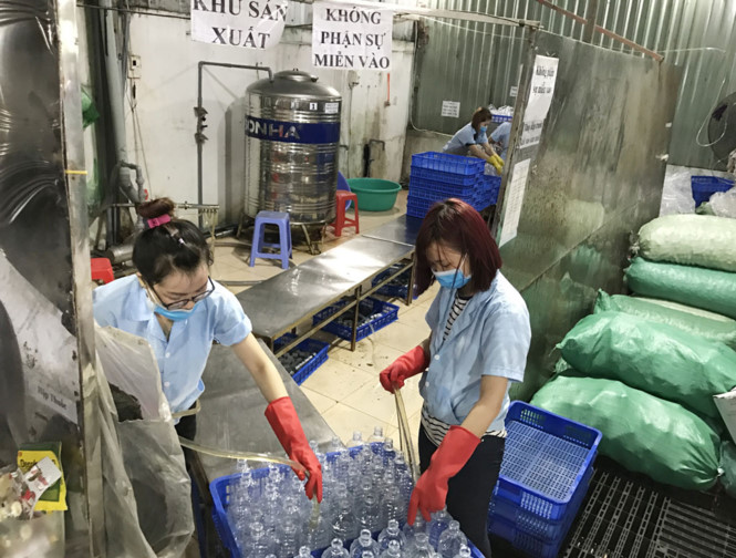 công nghệ sản xuất nước muối sinh lý. Ảnh: Thanh Niên