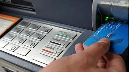 Thẻ ATM dù tiện lợi nhưng người dân cần hết sức cảnh giác khi giao dịch. Ảnh minh họa