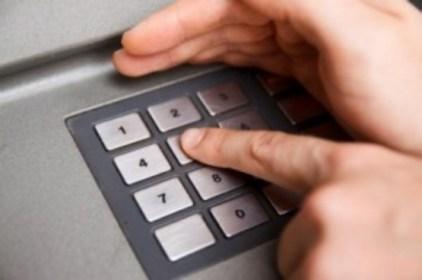 Dịch vụ tút tiền bằng thẻ ATM luôn là đối tượng rình rập của kẻ ăn cắp nên khi giao dịch cần cảnh giác cao độ. Ảnh minh họa