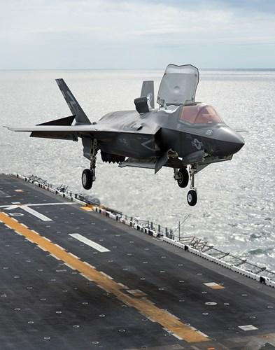 Tàu đổ bộ USS Tripoli có sức chứa khủng nhất thế giới. Ảnh: Kiến Thức
