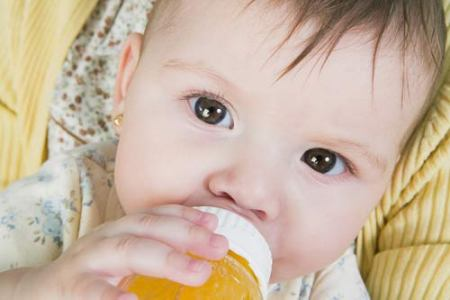 Nước hoa quả rất tốt cho trẻ nhưng không nên cho uống khi trẻ dưới 1 tuổi. Ảnh minh họa
