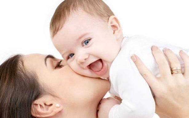 Nước hoa với trẻ nhỏ vô cùng nguy hại cha mẹ không nên dùng khi gần trẻ. Ảnh minh họa