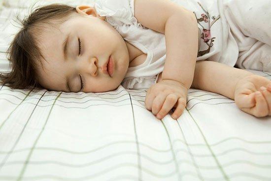 Trẻ nhỏ nằm điều hòa nhiều sẽ có thể bị cảm lạnh. Ảnh minh họa