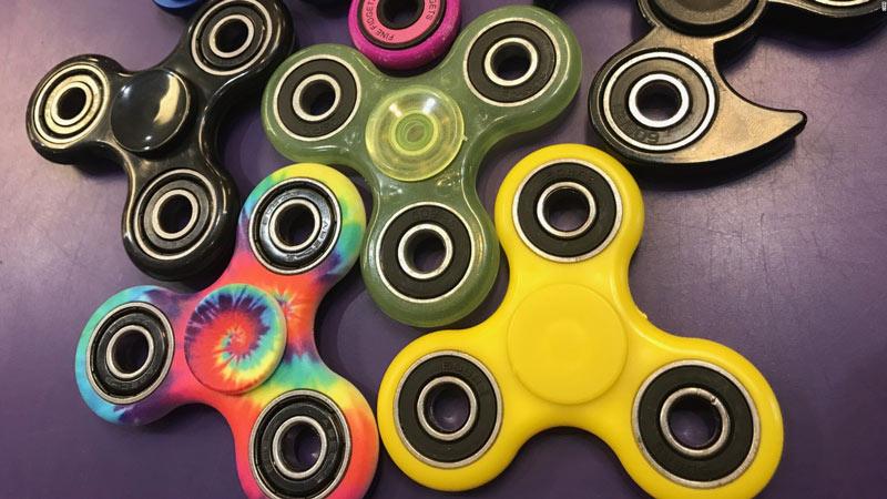 Đồ chơi Fidget Spinner vẫn đang bán rất nhiều trên mạng cha mẹ cần thận trọng khi mua cho con. Ảnh minh họa