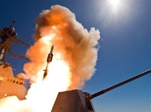 Tên lửa đánh chặn SM-6 Block IA trong một lần khai hỏa. Ảnh: QĐND