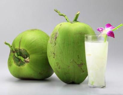 Phụ nữ mang thai 3 tháng, trẻ nhỏ cũng không nên uống nước dừa. Ảnh minh họa