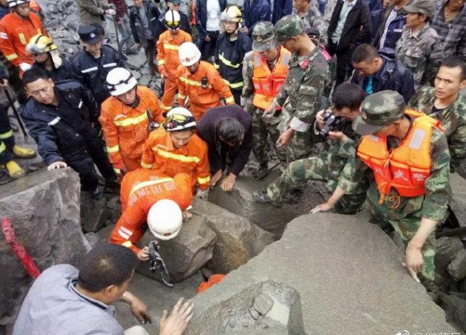 Vụ sạt lở núi ở Trung Quốc đã phải huy động hàng nghìn người cứu hộ. Ảnh: Tuổi Trẻ