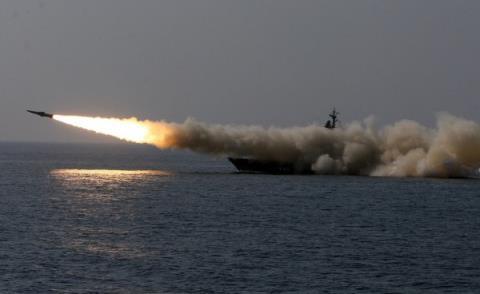Tên lửa P-270 Moskit khai hỏa trên biển. Ảnh: Đất Việt