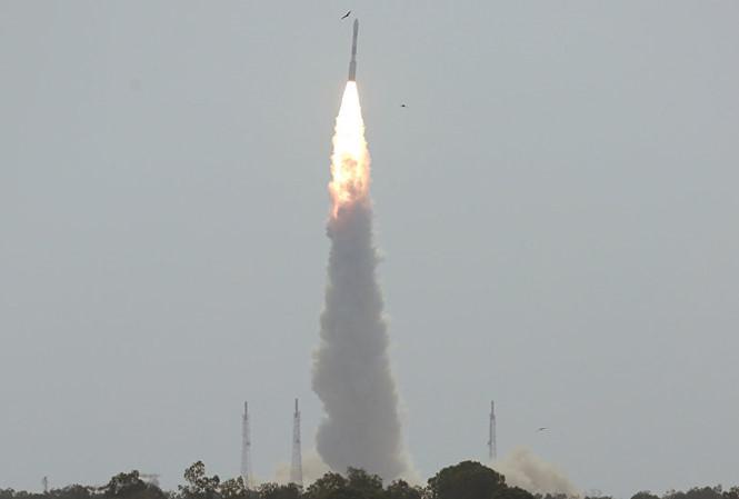 Tên lửa đẩy Polar Satellite Launch Vehicle Sputnik rời bệ phóng. Ảnh: Tiền Phong