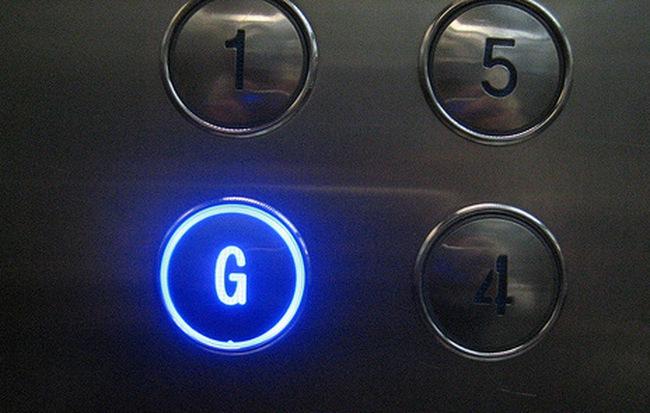 Nút bấm thang máy cũng là nơi tiềm ẩn nhiều vi khuẩn gây bệnh. Ảnh minh họa