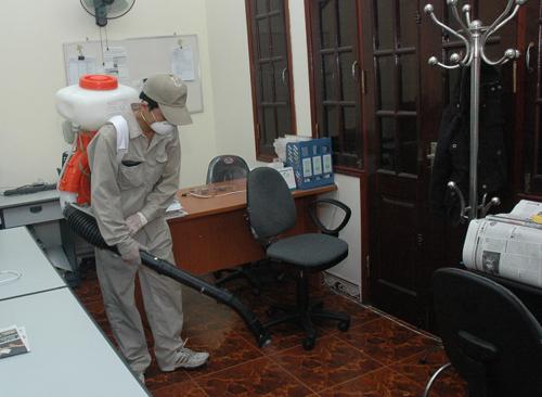Người dân không nên thận trọng khi tự ý mua hóa chất hay thuê dịch vụ về phun muỗi phòng sốt xuất huyết. Ảnh: SKĐS