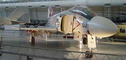 Máy bay F-4 Phantom II là một loại vũ khí ném bom tầm xa siêu thanh. Ảnh: LĐ