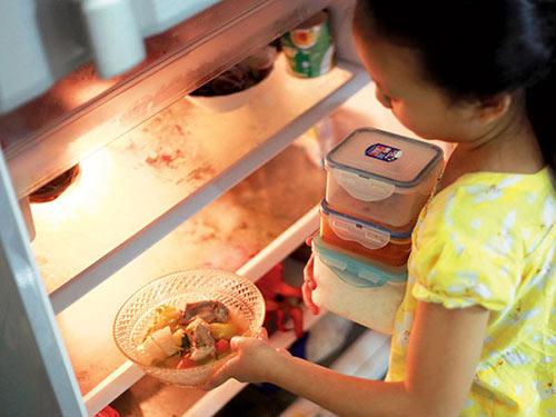 Thức ăn thừa để trong tủ lạnh rất nguy hiểm nếu thường xuyên sử dụng. Ảnh minh họa